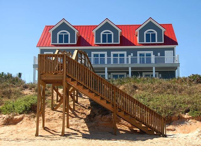 šedý dům, schody na pláž, červená střecha