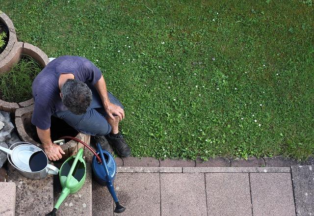 zahradník s konvemi