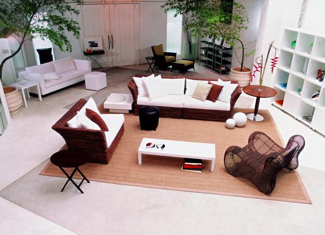 rozmístěný nábytek v obývacím pokoji s kobercem