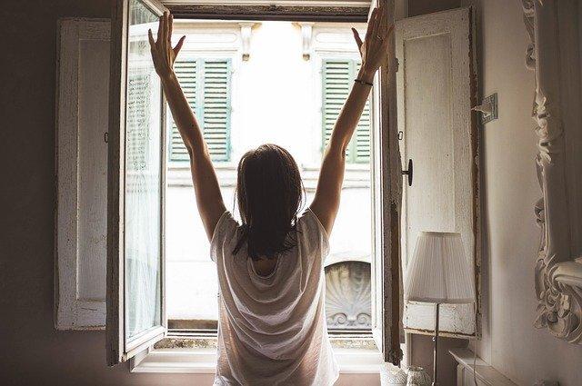 Žena, ráno, protáhnutí