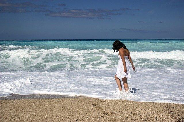 žena v mořských vlnách